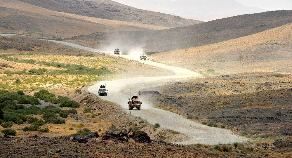 Unos vehículos en la carretera de Kandagar, Afganistán (imagen referencial)