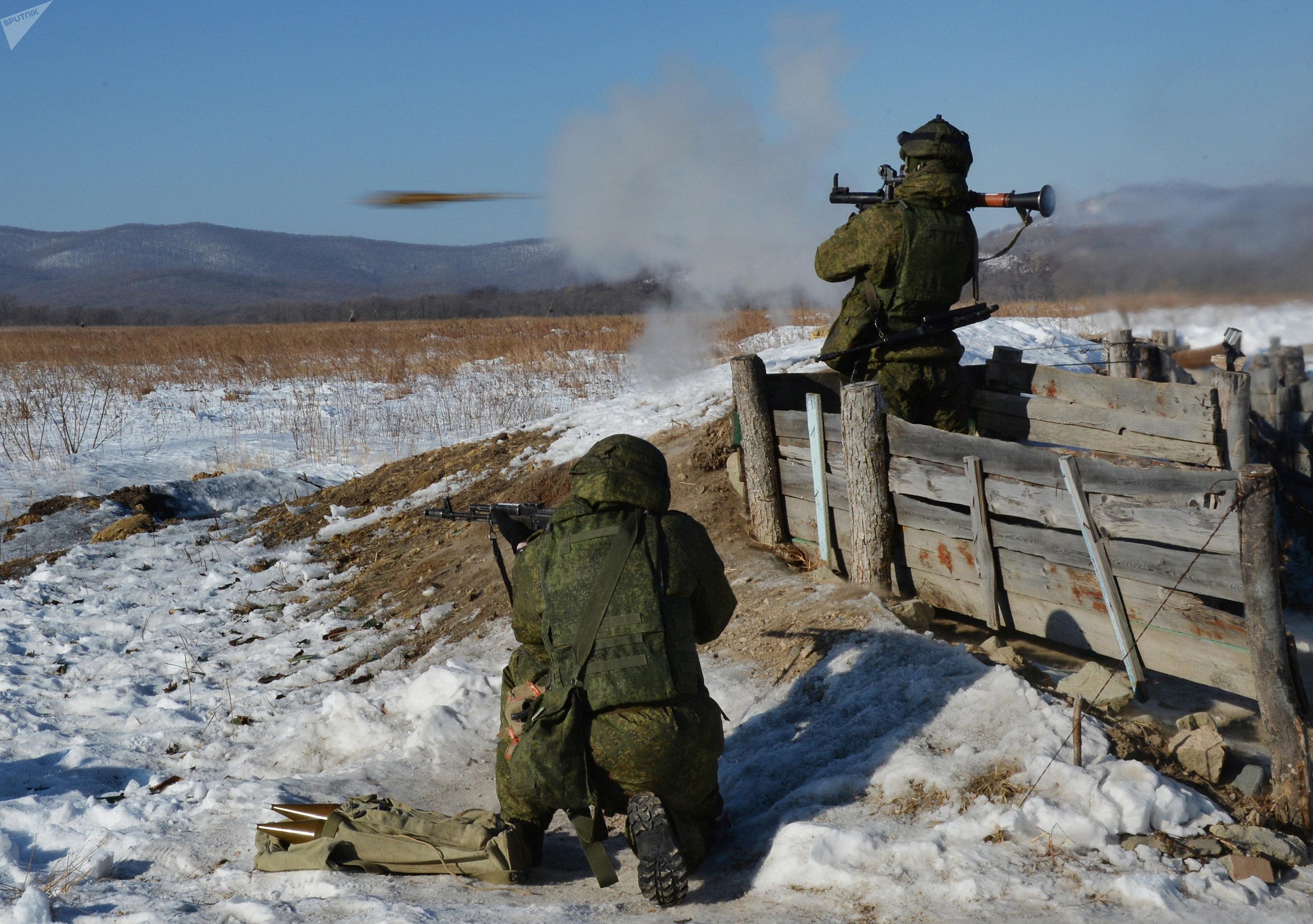 Una unidad antitanque rusa practica el uso del RPG-7 durante los ejercicios
