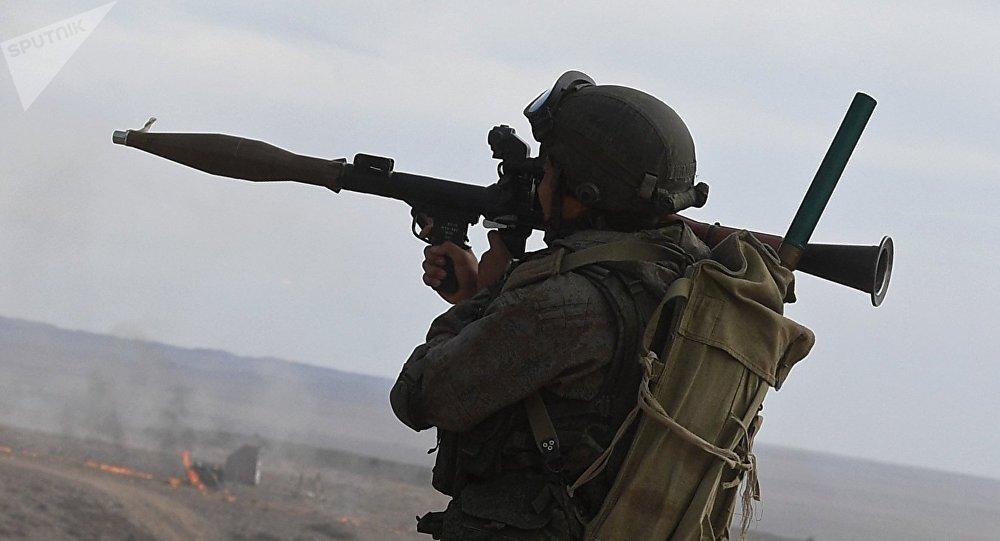 Militar ruso apunta su lanzagranadas RPG-7 durante las maniobras (archivo)
