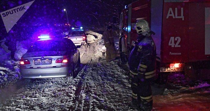 Policías y bomberos en el lugar del siniestro del avión An-148