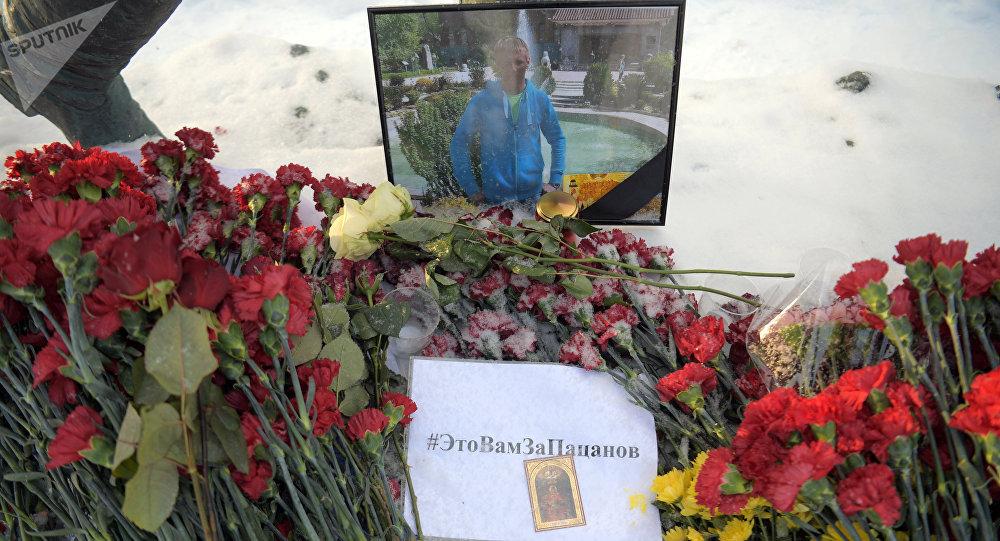 Flores en memoria del piloto ruso fallecido en Siria, Román Filípov