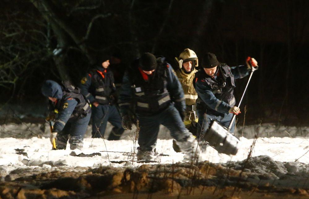 Las tareas de búsqueda a las afueras de Moscú donde se estrelló el An-148