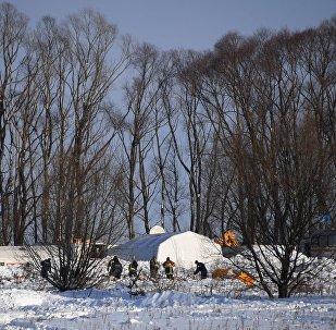 Rescatistas en el lugar del siniestro del avión de pasajeros An-148