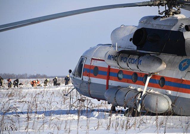Helicóptero del Ministerio de Emergencias ruso en el lugar del siniestro del avión An-148 a las afueras de Moscú