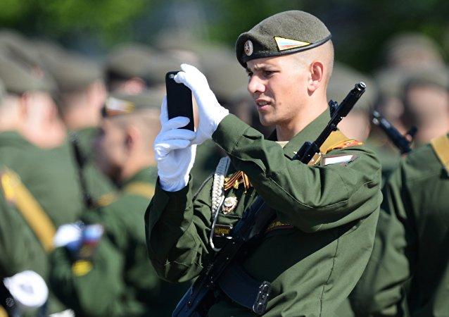 Un soldado ruso con un teléfono móvil (imagen referencial)