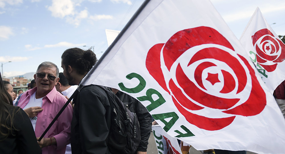 La bandera con un logo del FARC