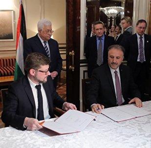 Director adjunto de Sputnik Serguéi Kochetkov, presidente de la Autoridad Nacional Palestina Mahmud Abás y director general y supervisor de los organismos oficiales de Palestina, el ministro Ahmad Assaf