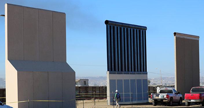 Prototipos de un muro en la frontera con México