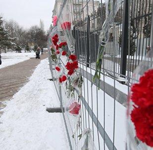 Las flores cerca de la Embajada de Rusia en Kiev en homenaje a las víctimas del siniestro del avión An-148