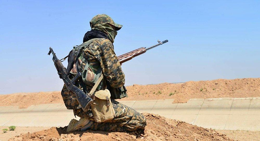 Combatiente de las Unidades kurdas de Protección Popular (archivo)