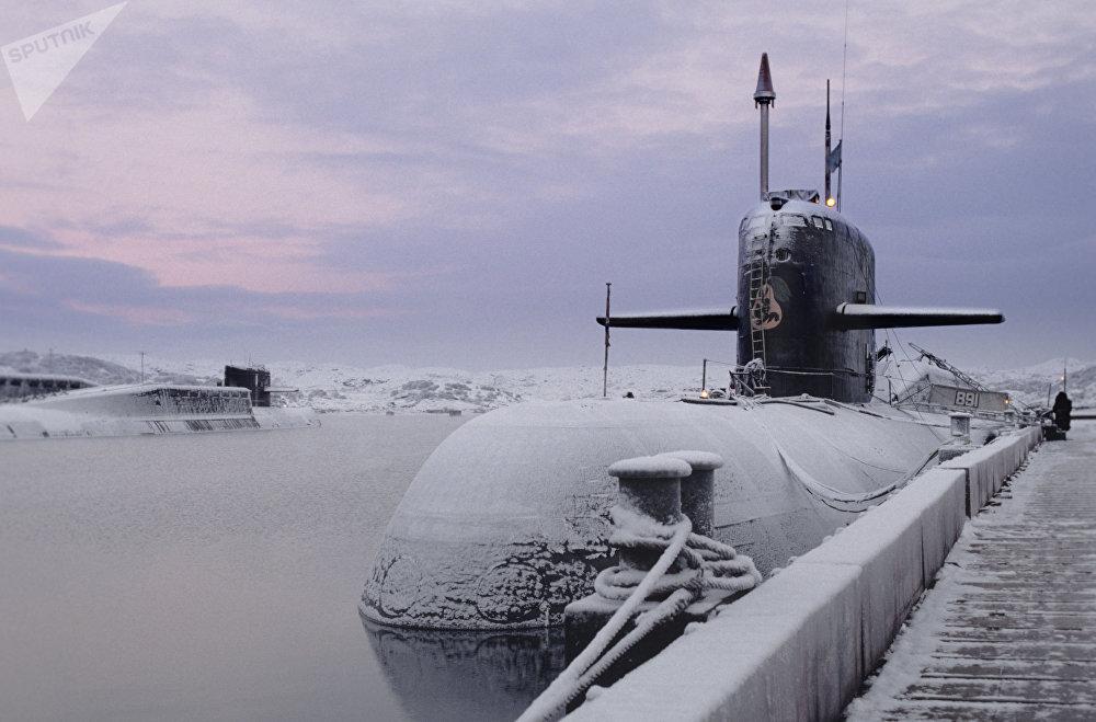 Un submarino nuclear en el embarcadero de la ciudad de Severomorsk, 2000