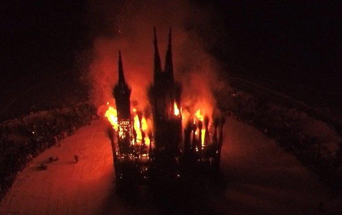 Una catedral gótica en llamas: así celebraron los rusos el festival más grande del año