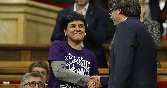 La exdiputada catalana Anna Gabriel y el presidente del gobierno catalán cesado, Carles Puigdemont