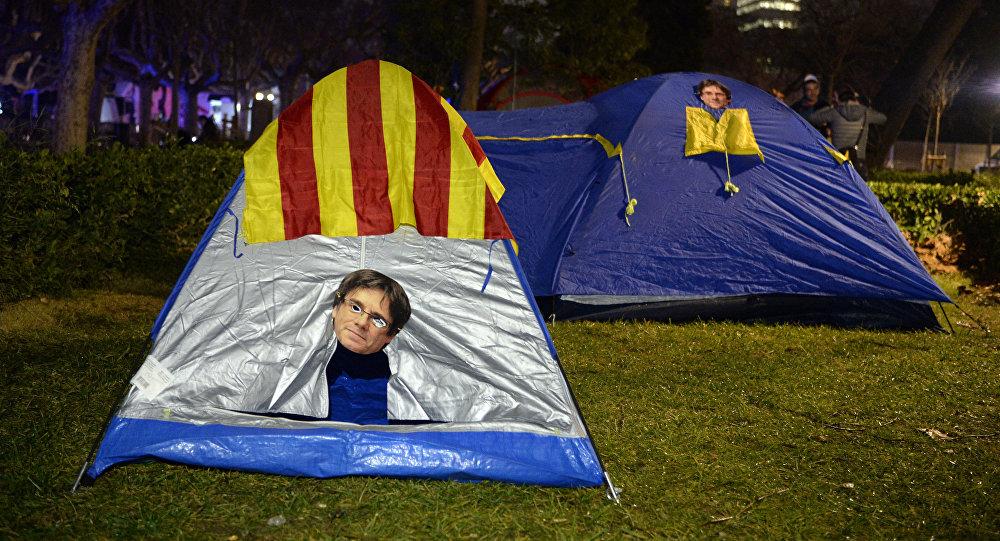 Una tienda de campaña con la máscara de Carles Puigdemont (imagen referencial)
