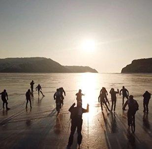 'Tormenta de hielo': una carrera extrema de patines y bicicletas sobre el congelado lago Baikal