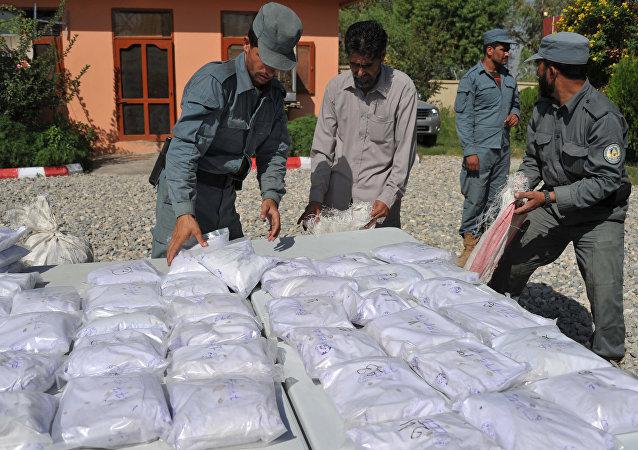 Policía afgana muestra heroína confiscada