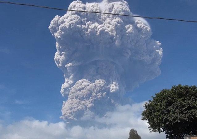 Alerta roja en Indonesia por la potente erupción del volcán Sinabung