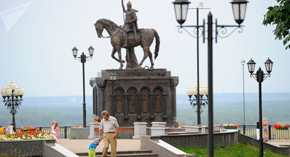 El monumento al príncipe Vladímir y al sacérdote Teodor en la ciudad de Vladímir, Rusia