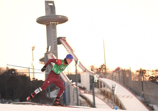 Deportista ruso Alexandr Bolshunov en el semifinal del sprint por equipos de esquí de fondo en JJOO de Pyeongchang