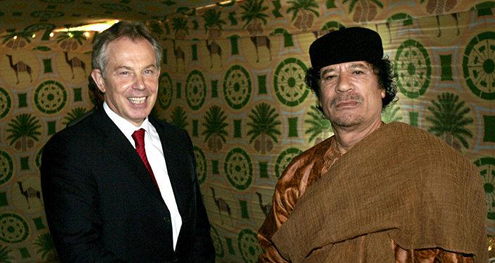 El ex primer ministro británico, Tony Blair, y el exlíder sirio, Muamar Gadafi, en 2007