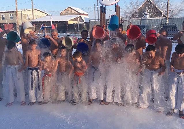 El reto de cubo de agua a -62 grados: niños siberianos responden al alarmado mensaje de Di Caprio