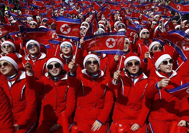 Las animadoras norcoreanas con banderas nacionales