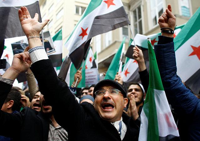 Personas se manifiestan frente al Consulado General de Rusia en Estambul