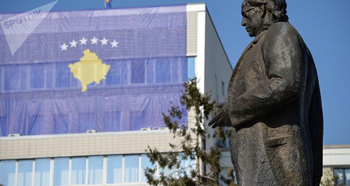 Bandera de Kosovo en Pristina, la capital del país