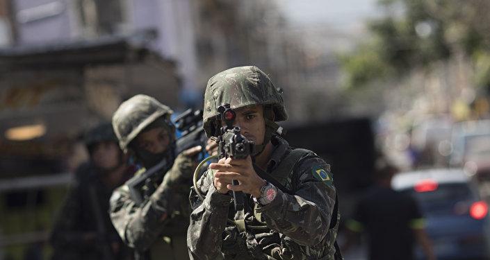 Un soldado brasileño en Río de Janeiro