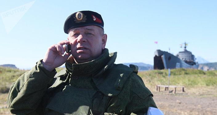 Un mayor general del Ejército ruso hablando por teléfono durante unos ejercicios