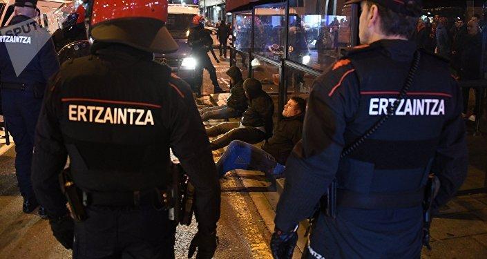 Agentes de la policía vasco durante los enfrentamientos entre seguidores del Spartak de Moscú y Athletic
