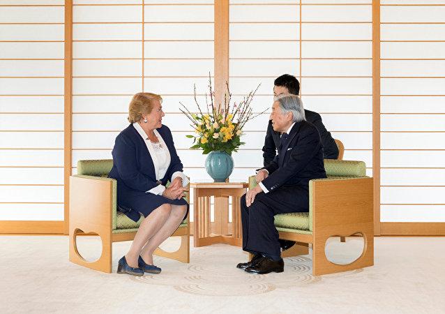 La presidenta de Chile, Michelle Bachelet, y el emperador de Japón, Akihito