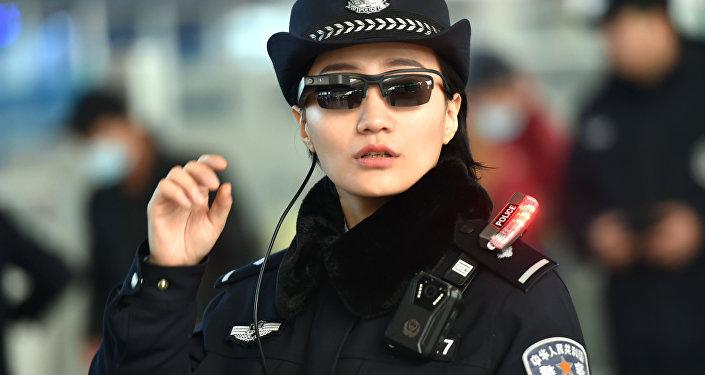 Una oficial de policía lleva unas gafas inteligentes con reconocimiento facial de Zhengzhou