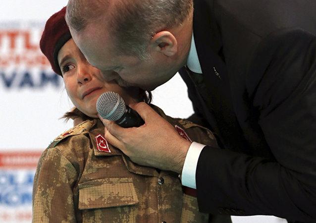 Recep Tayyip Erdogan besando a Amine Tiras