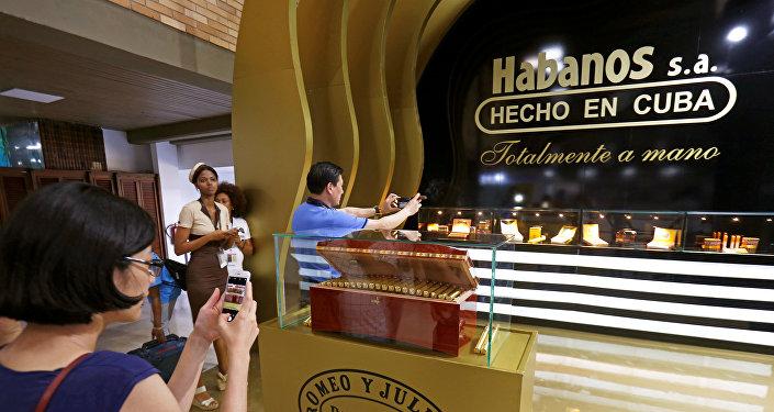 Visitantes toman fotos durante el XX Festival del Habano