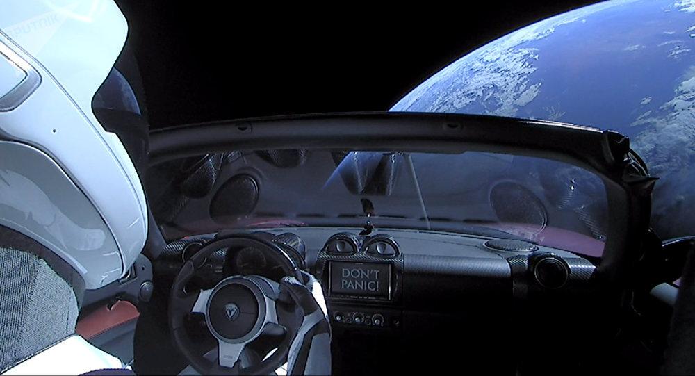 El Tesla Roadster de color cereza lanzado al espacio por el cohete Falcon Heavy de SpaceX el 9 de febrero de 2018