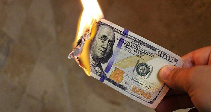 Billete de dólar estadounidense en llamas