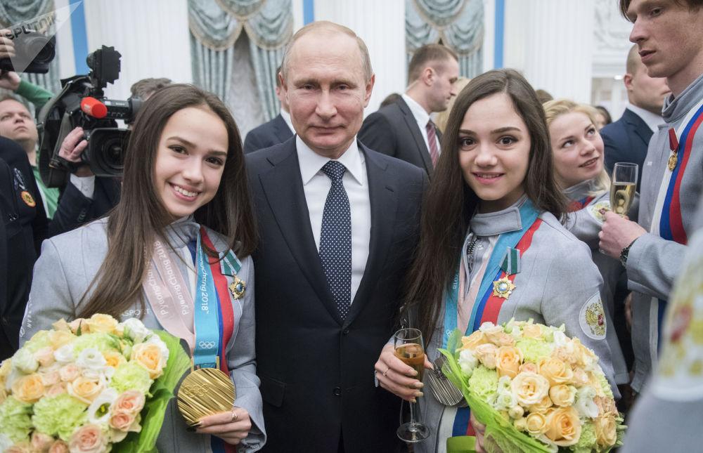 Vladímir Putin con las campeonas de patinaje artístico femenino de los JJOO de Invierno de 2018 en Pyeongchang, Alina Zaguitova y Evguenia Medvédeva, tras la ceremonia de entrega de premios estatales a los atletas en el Kremlin