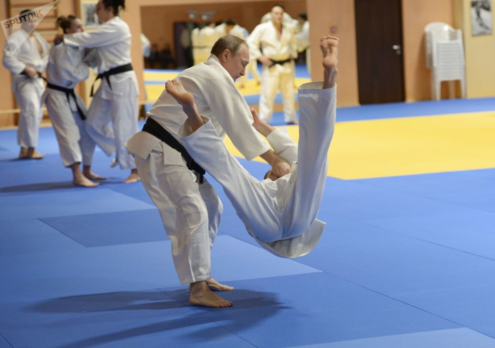 Vladímir Putin en una sesión de entrenamiento con miembros del equipo nacional ruso de judo.