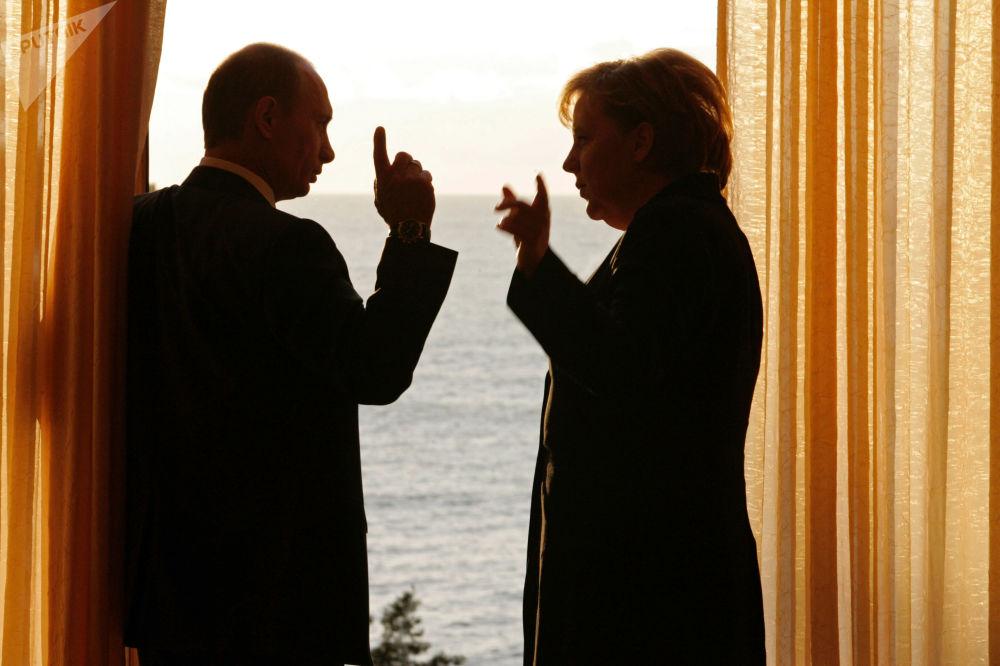 El presidente de Rusia, Vladímir Putin, y la canciller de Alemania, Angela Merkel, durante una reunión en la residencia presidencial Bocharov Ruchéi, en Sochi