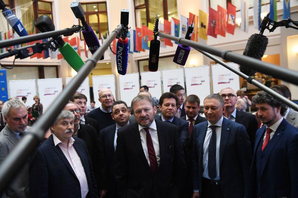 El candidato presidencial por el Partido del Crecimiento, Borís Titov, durante la entrega de firmas a la Comisión Electoral Central