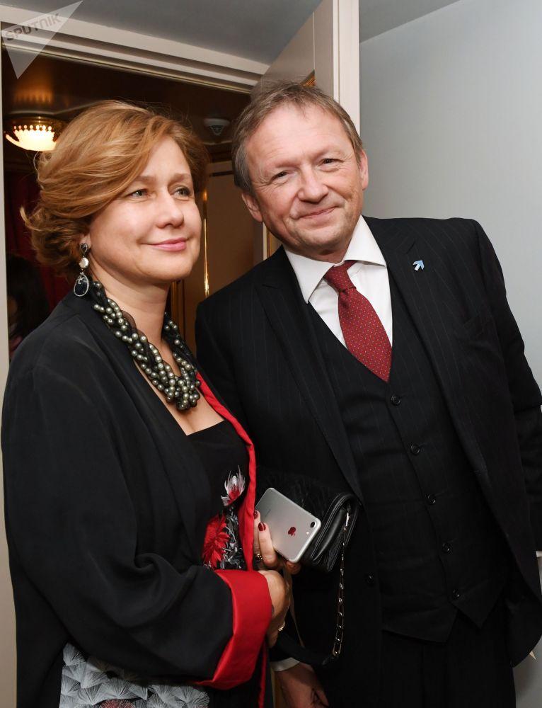 El líder del Partido del Crecimiento y Defensor del Empresariado ruso, Borís Titov, con su esposa Elena en el teatro Bolshói