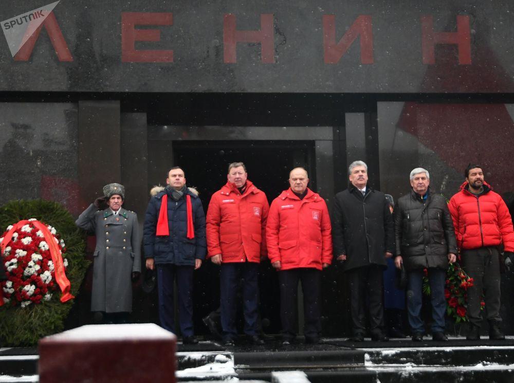 El presidente del Comité sobre Asuntos Agrarios de la Duma Estatal, el candidato presidencial Pável Grudinin y el líder del Partido Comunista, Guennadi Ziugánov, frente al Mausoleo de Lenin, en la Plaza Roja