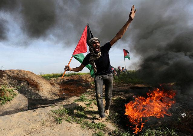 Un palestino durante choques con los soldados israelíes