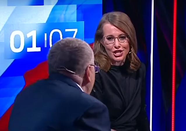 Los candidatos Vladímir Zhirinovski y Ksenia Sobchak durante los debates de las elecciones presidenciales de Rusia 2018