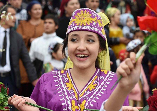 Una chica en traje nacional en Tayikistán