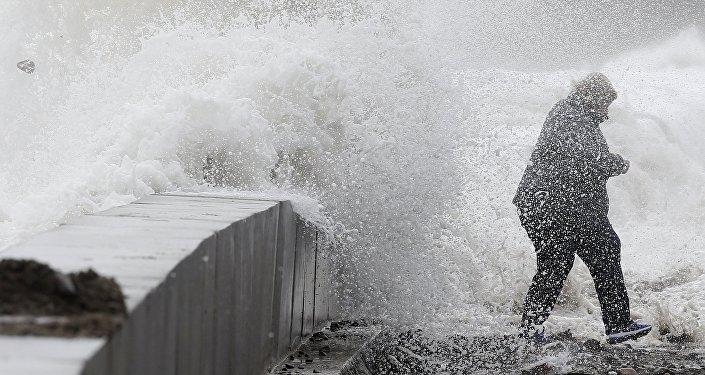 Feroz tormenta de nieve congela costa del país