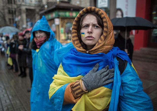 Una chica con la bandera de Ucrania (archivo)
