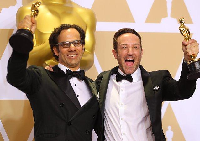 Dan Cogan y Bryan Fogel, cineastas norteamericanos durante la gala de los Oscar