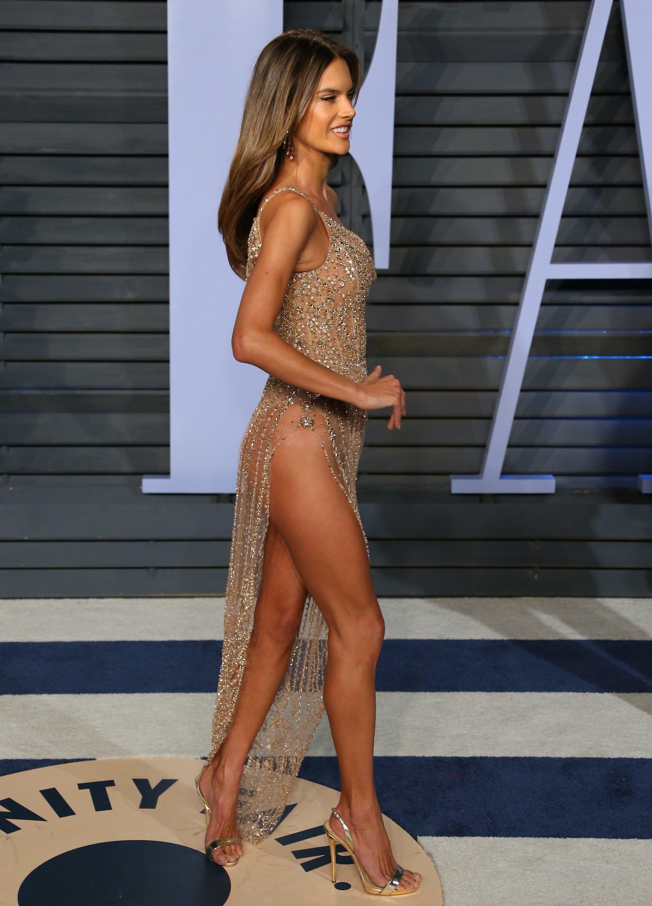 Alessandra Ambrosio, supermodelo brasileña, en la fiesta de los Oscar de Vanity Fair